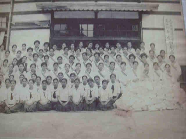 葛城高等女学校の記念撮影、右前に慰問袋が積まれている。 出征壮行会:旭... 戦時下、高田では